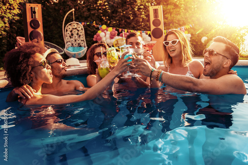 Magasin de musique Enjoying pool party with friends