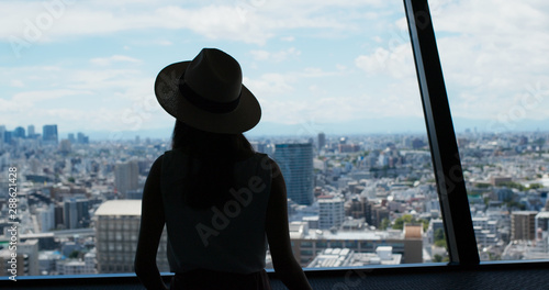 Photo Woman enjoy the view of Tokyo city at observation deck