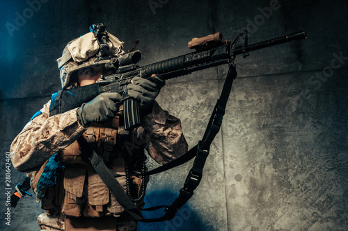 Valokuva Young man in military outfit a mercenary soldier in modern times on a dark backg