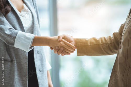Carta da parati  Man and woman shaking hands for partner, Business concept.