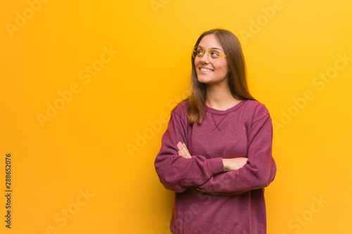 Young casual woman smiling confident and crossing arms, looking up Canvas-taulu
