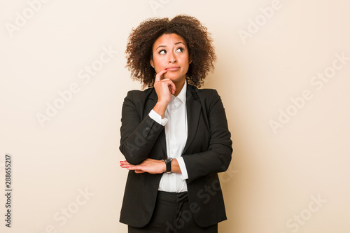 Photo  Young business african american woman looking sideways with doubtful and skeptical expression