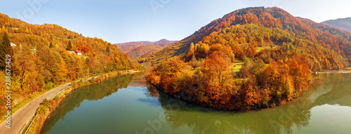 Fotografia  Panorama of road and village in river canyon. Sunny fall day