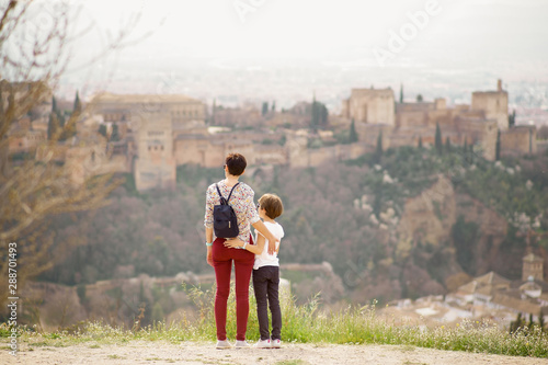 Valokuva  Mother and little daughter looking at the Alhambra