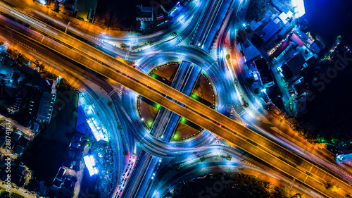 La pose en embrasure Autoroute nuit Aerial view Expressway motorway highway circus intersection at Night time Top view , Road traffic in city at thailand.