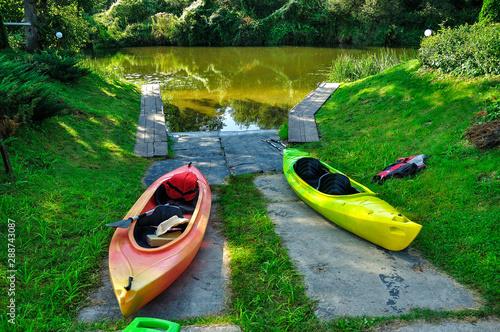 Fototapeta Kajaki na brzegu rzeki obraz