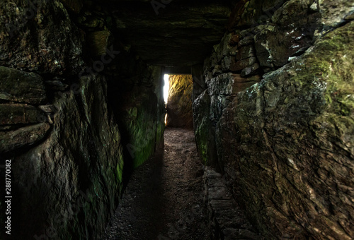 Fotomural Bryn Celli Ddu neolithic burial chamber overlying a henge monument Isle of Anglesey North Wales