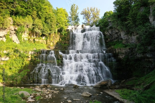 Valokuva Beautiful Waterfall in Upstate New York State Park with Green Trees
