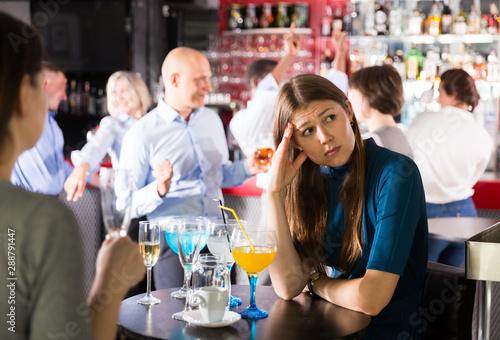 Carta da parati  Upset young woman at corporate bar party
