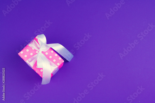 canvas print motiv - fotofabrika : Gift box on purple background top view