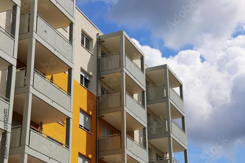 Obraz Balkone an einem großen Appartement-Gebäude - fototapety do salonu