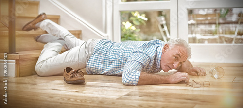 Photo Senior man fallen down from stairs