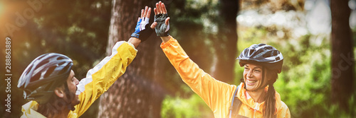 Photo Biker couple giving high five to each other in countryside