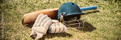 Fotografia High angle view of cricket equipment on field