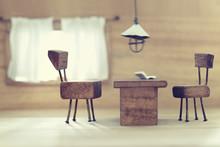 小さな椅子とテーブルとライトと窓のミニチュアジオラマ風インテリア