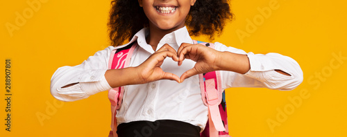 Carta da parati Unrecognizable Black Schoolgirl Showing Heart Shape Gesture On Yellow Background