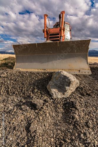Pinturas sobre lienzo  Excavator moving gravel on a construction site