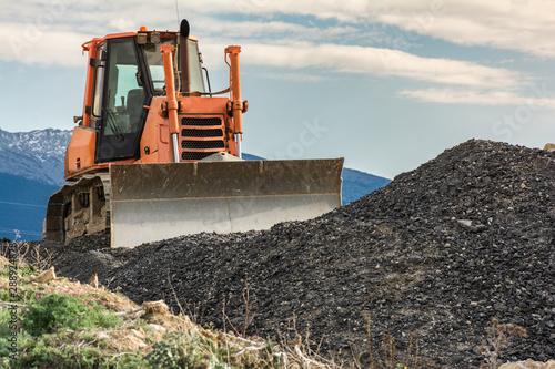 Fotografía  Excavator moving gravel on a construction site