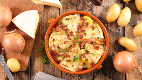 Cadres-photo bureau Nature tartiflette, potato with cheese, bacon and cream