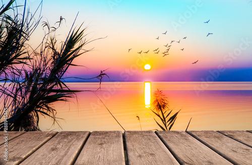 Fototapety, obrazy: atardecer visto desde el paseo de madera junto al mar