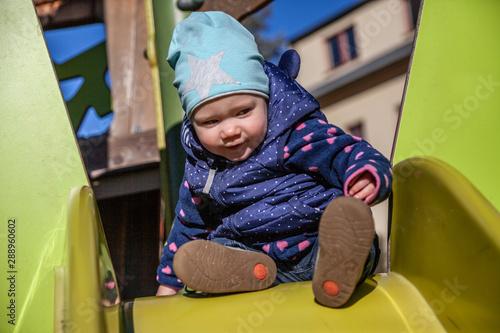 Photo Kind Hannah beim unbeschwerten Spielen auf einem Spielplatz