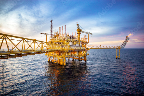 Fotomural  Offshore oil and gas rig platform with beautiful sky in the gulf of Thailand