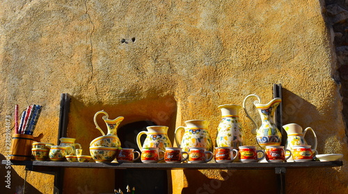 Cadres-photo bureau Europe de l Est Variety of handmade painted clay pieces like cups, bowls, plates and large trays for sale in Romanian mountain village. Brasov, Transylvania, Romania