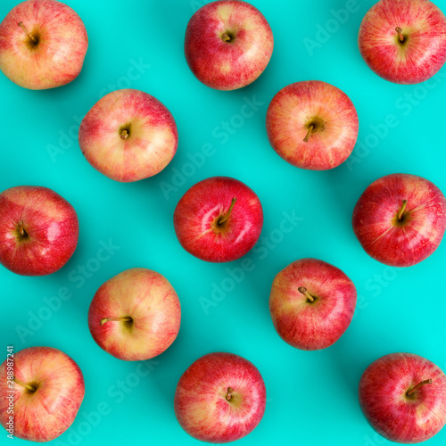 Cuadros en Lienzo  Fruit pattern of red apple on blue background