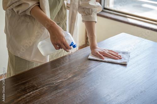 Photo 掃除をする女性の手元