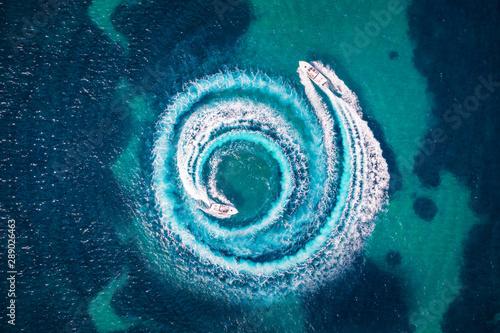 Slika na platnu Zwei Motorboote formen einen Kreis aus Luftblasen und Wellen auf dem türkisem Me