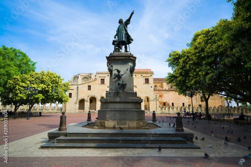 Fotomural Statue of Columbus in Parque Colon - central square of historic district of Santo Domingo, Dominican Republic