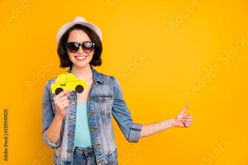 Fotografía Photo of charming toothy beautiful interesting girl wearing cap jeans denim jack