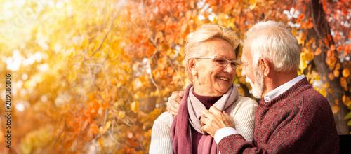 Fotomural  Tender senior couple embracing on bench