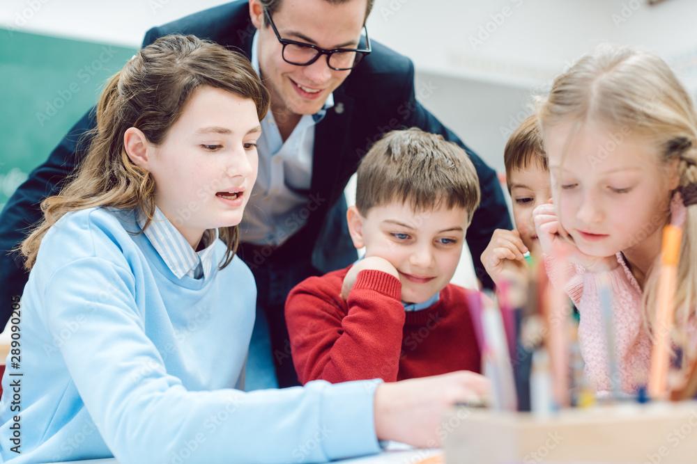 Gruppenarbeit in der Schule und alle Schüler arbeiten gemeinsam