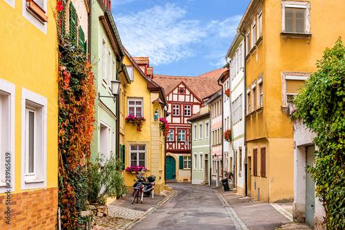 Farbenfrohe historische Straße in Bamberg Wallpaper Mural