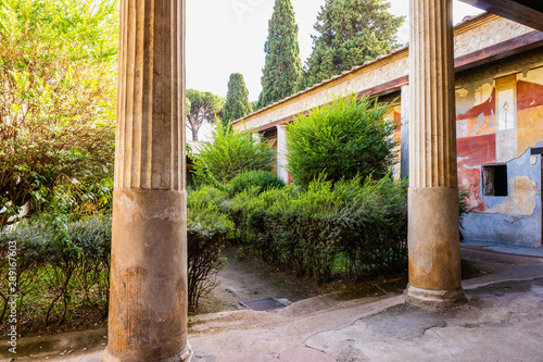 Photo sur Toile Con. Antique Courtyard of the house or villa in Pompeii