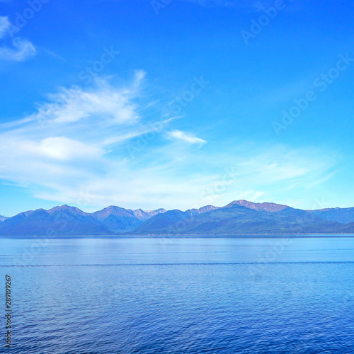 Fotografía  Mountains on the coast of Alaska at the end of summer