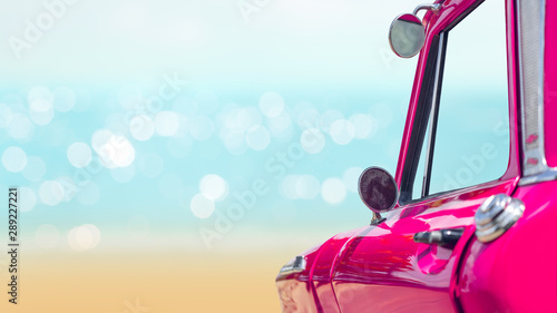 Fond de hotte en verre imprimé Vintage voitures Purple vintage car with blurred sea and beach background.