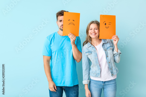 Fotomural  Young couple with emoticons against color background