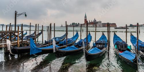 Türaufkleber Gondeln Gondolas from the Venice pier with a lonely lantern