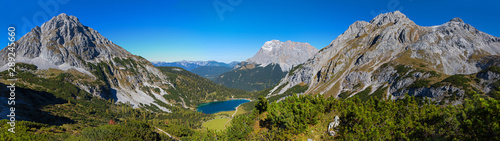 Fotografia, Obraz Fantastisches Alpenpanorama - Blick vom Höhenweg auf den Seebensee, Zugspitze un