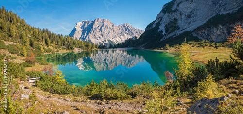 Fototapeta  herbstliche Idylle am Seebensee, sonniger Herbsttag, Spiegelung der Zugspitze im Bergsee