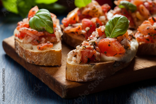 Photo Italian bruschetta with roasted tomatoes, mozzarella cheese and
