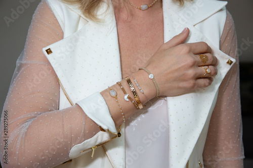 Fotomural Woman fingers hands with gold bracelets and ring