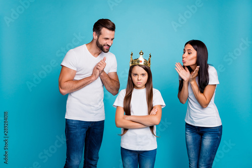 Fotografía  Daddy mommy proud of small lady wearing diadem hate being princess isolated blue