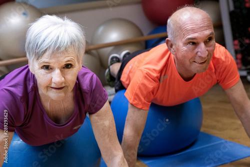 Signori anziani fanno ginnastica Canvas Print