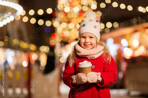 Foto auf AluDibond Schokolade holidays, childhood and people concept - happy little girl with cup of tea at christmas market in winter evening