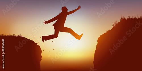 Photo Concept de l'ambition avec un homme audacieux qui saute dans le vide pour passer un obstacle et atteindre son objectif