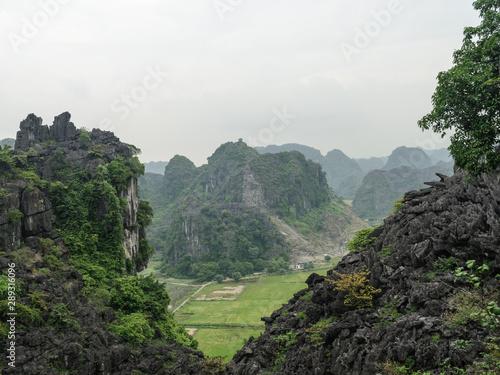 Vista panoramica de las montañas karsticas y campos de arroz desde la cima de Ha Canvas Print