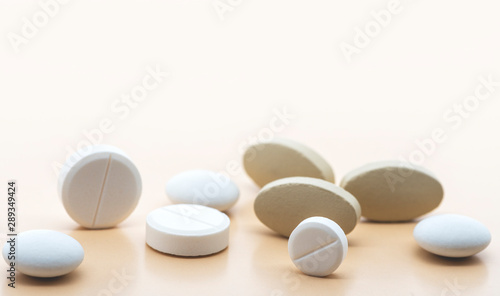Poster Pharmacie Various pharmaceutical medicine pills and tablets close-up on a soft beige background. Healthcare and pharmaceuticals. Pills background, copy space.